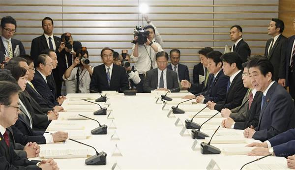 首相官邸で開かれたIR整備推進本部の会合。右端は安倍首相=27日午前、首相官邸