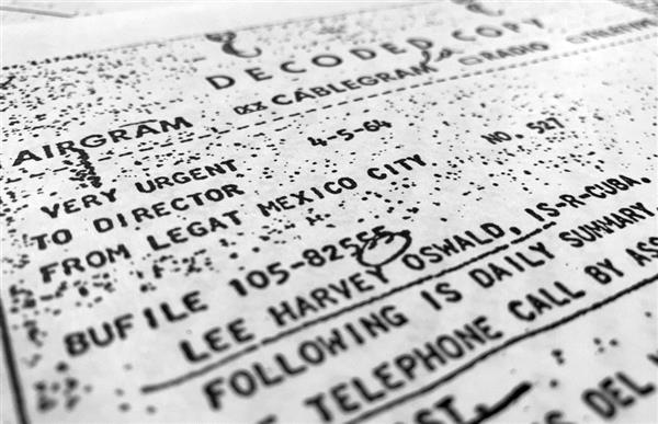 ジョン・F・ケネディ大統領を暗殺したリー・ハーベイ・オズワルド容疑者がメキシコから帰国した際の行動を記した資料。1964年4月に作成され、木曜に初めて公開された=26日、米ワシントン(AP)