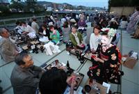 【動画】京の夏、一足早く…芸舞妓も花添え「鴨川納涼床」スタート