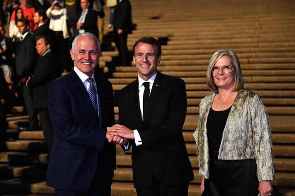 フランスのマクロン大統領(中央)とオーストラリアのターンブル首相夫妻=1日、シドニー(ゲッティ=共同)