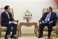 ベトナムのグエン・スアン・フック首相(右)と会談する自民党の岸田政調会長=4日午後、ハノイ(共同)