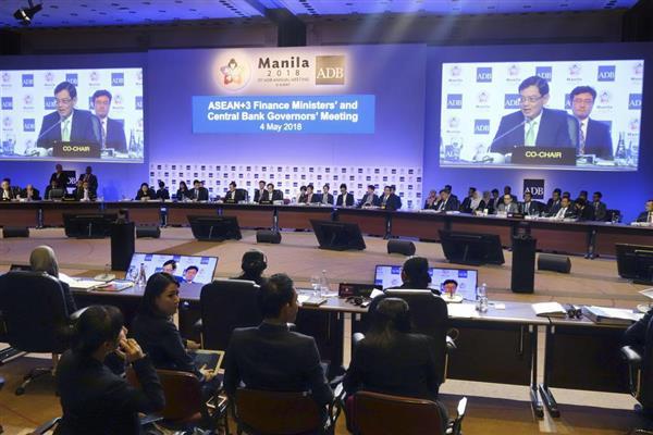 4日、マニラで開かれた日中韓とASEANの財務相・中央銀行総裁会議(共同)
