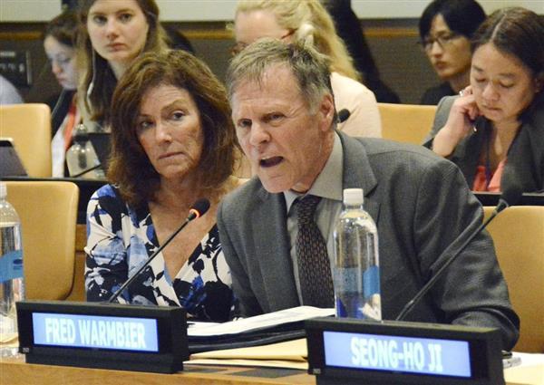 北朝鮮による拉致問題のシンポジウムに参加したオットー・ワームビアさんの両親=3日、ニューヨークの国連本部(共同)