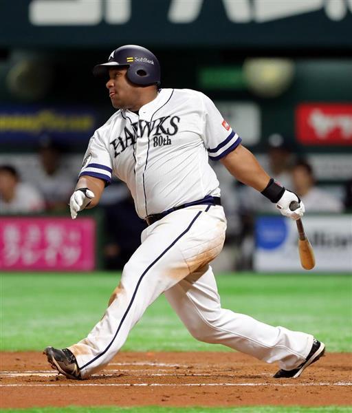 六回、適時二塁打を放つソフトバンク・アルフレド・デスパイネ=5日、ヤフオクドーム(中島信生撮影)
