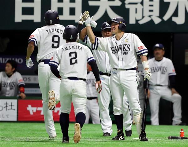 四回、本塁打を放った柳田悠岐を迎える次打者の内川聖一=5日、ヤフオクドーム(中島信生撮影)