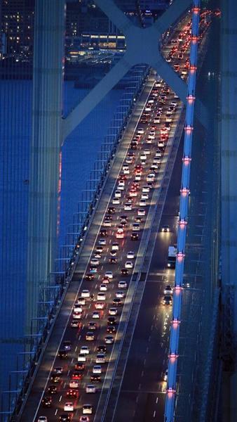 Uターンラッシュで上り線が渋滞する神戸市と淡路島を結ぶ明石海峡大橋=5日午後7時1分、兵庫県淡路市(本社ヘリから、恵守乾撮影)