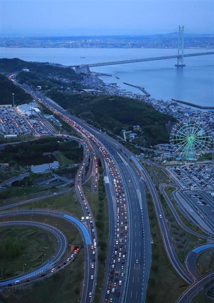 Uターンラッシュで神戸市側に向かう上り線が渋滞する明石海峡大橋手前の淡路IC付近=5日午後6時49分、兵庫県淡路市(本社ヘリから、恵守乾撮影)