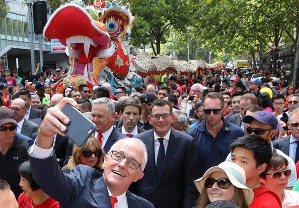 オーストラリア・メルボルンで行われた中国の春節(旧正月)のパレードで自撮りするターンブル首相。オーストラリアにおける中国の存在感は年々高まり、在住中国人の間でナショナリズムが台頭している=2月18日(ロイター)