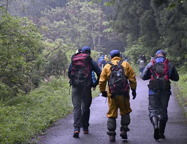 親子の捜索のため登山道に入る捜索隊=7日午前5時30分、新潟県阿賀野市