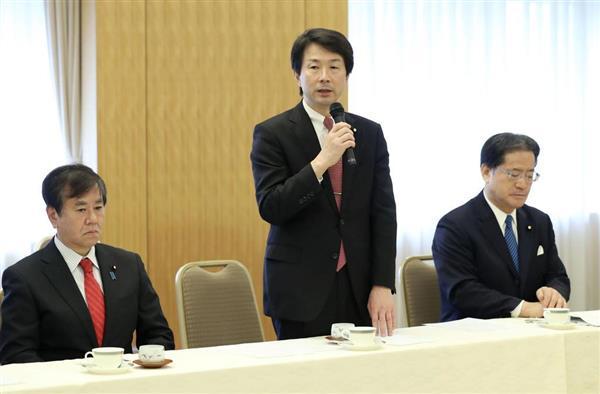 民進党の常任幹事会であいさつする大塚代表(中央)=7日午後、東京都内のホテル