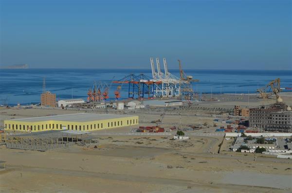 一帯一路関連事業である「中国パキスタン経済回廊」に基づいて開発が進むパキスタン南西部グワダル港。昨年12月の時点では、厳重な警備体制が敷かれており、商業船が行き交う様子は見られなかった(森浩撮影)