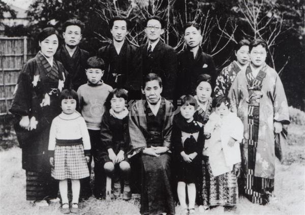 昭和11年。「青空」同人らに囲まれる母・ひさ(中央)(日本近代文学館提供)