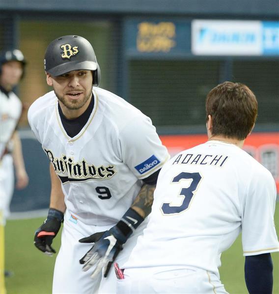 3回、本塁打を放ち、オリックス・安達了一(手前)とタッチを交わすロメロ=8日、京セラドーム大阪(撮影・岩川晋也)