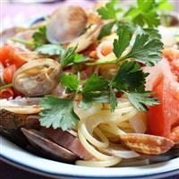 【料理と酒】休日のランチに アサリとトマト、ベーコンのパスタ