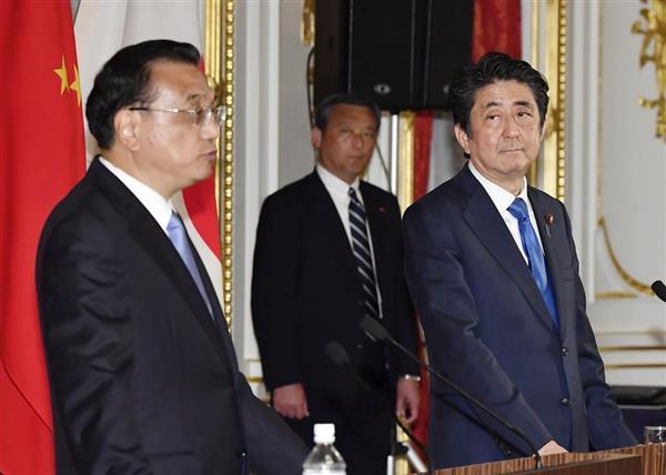 共同記者発表で発言する中国の李克強首相(左)を見る安倍首相=9日午後6時51分、東京・元赤坂の迎賓館(代表撮影)