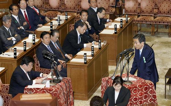 衆院予算委で答弁する、参考人招致された柳瀬唯夫元首相秘書官(右)=10日午前