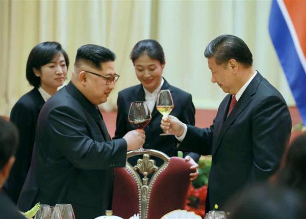 北朝鮮の労働新聞が9日掲載した、中国遼寧省大連で乾杯する金正恩朝鮮労働党委員長(左)と習近平国家主席の写真(コリアメディア提供・共同)