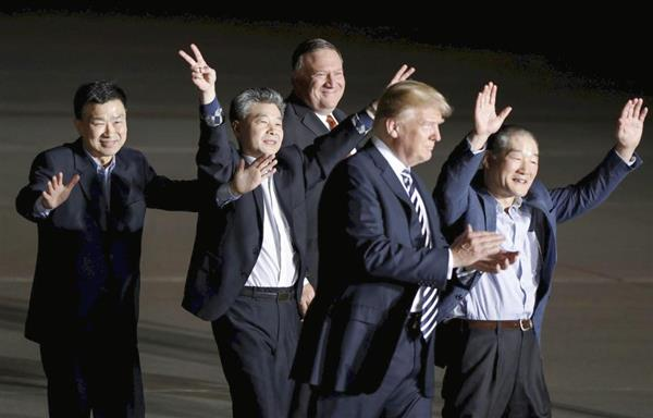 10日、北朝鮮から解放され、首都ワシントン郊外のアンドルーズ空軍基地に到着した(左から)サンドク・キム氏、ハクソン・キム氏、ドンチョル・キム氏(右端)とトランプ大統領。奥はポンペオ国務長官(ロイター)