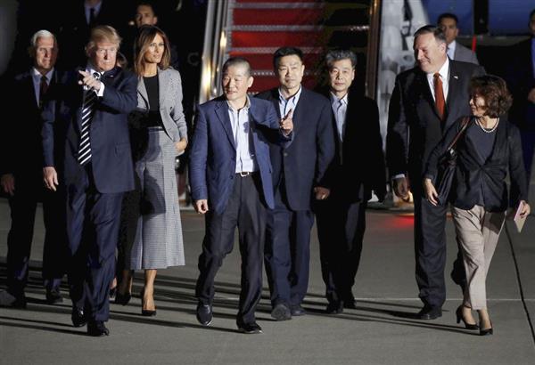10日、首都ワシントン郊外のアンドルーズ空軍基地で、トランプ米大統領(左から2人目)に出迎えられた(左から4人目から)ドンチョル・キム氏、サンドク・キム氏、ハクソン・キム氏(ロイター)