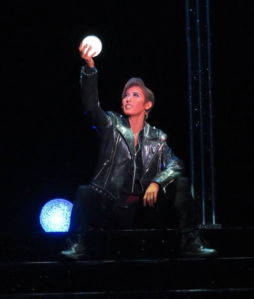 1幕の物語仕立てのショーで、ブラジルの人気アーティストグループのリーダー、クルゼイロを演じた水美舞斗