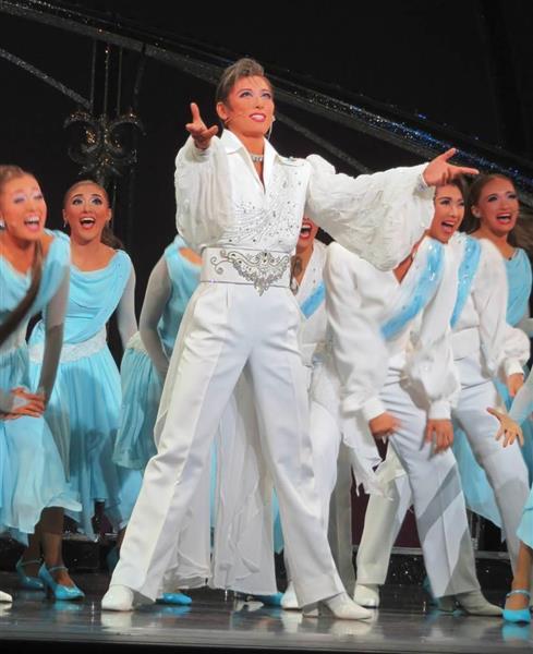 2幕のショーで熱い歌唱とダンスを披露する水美舞斗(前列中央)