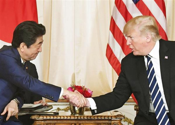 首脳会談で固い握手を交わした安倍首相(左)と、トランプ氏=4月17日、米フロリダ州(共同)