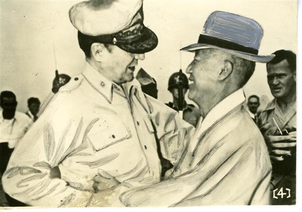 マッカーサー元帥(左)李承晩氏(右)=1951年4月