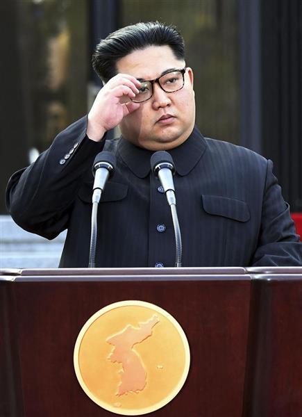 板門店宣言に署名後、共同発表に臨む北朝鮮の金正恩朝鮮労働党委員長=4月27日、板門店の韓国側施設「平和の家」(韓国共同写真記者団・共同)