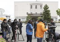小2女児殺害遺棄事件で、新潟西署前に集まった報道陣=14日午前