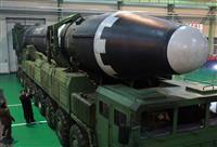 大陸間弾道ミサイル「火星15」の準備状況を視察する金正恩朝鮮労働党委員長。朝鮮中央通信が2017年11月30日に配信した(朝鮮通信=共同)
