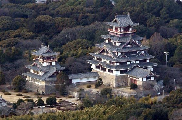 伏見城の一角には、想像で復元された大天守(右)と小天守が建つ(本社ヘリから)