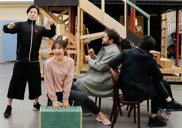 主演ミュージカル「アメリ」の稽古をする渡辺麻友(左から2人目)