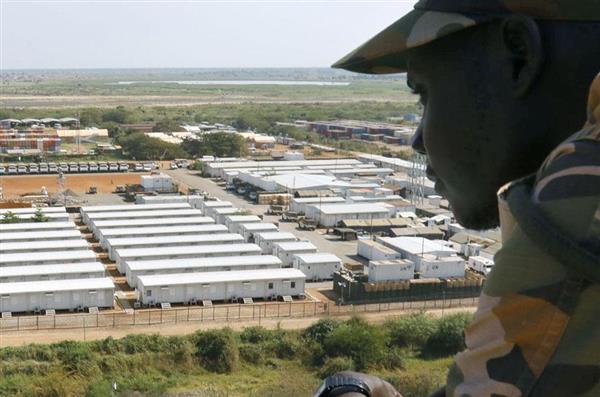 2016年7月の戦闘で反政府勢力が立てこもったビルから見た陸上自衛隊の宿営地=南スーダン・ジュバ(共同)