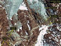 3月17日に撮影された北朝鮮・豊渓里の核実験場の衛星写真。(1)北側坑道(2)坑道からの排水量が減少(3)新たな集積なし(4)採鉱用の荷車はない(5)西側坑道(デジタルグローブ/38ノース提供・ゲッティ=共同)
