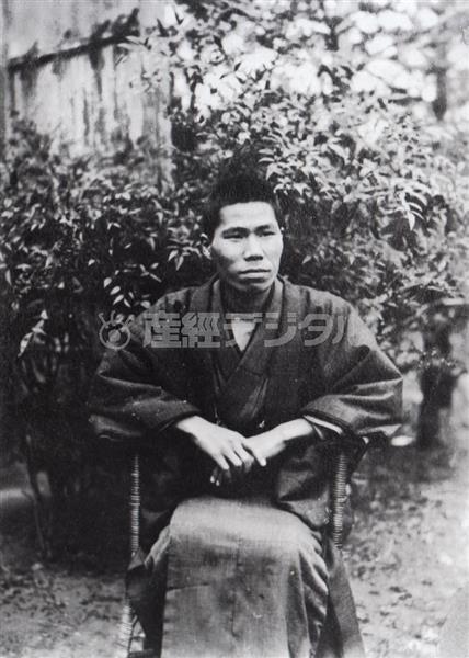 兄一家のもとで療養していた昭和6年1月、兄謙一が撮影した1枚(日本近代文学館蔵)