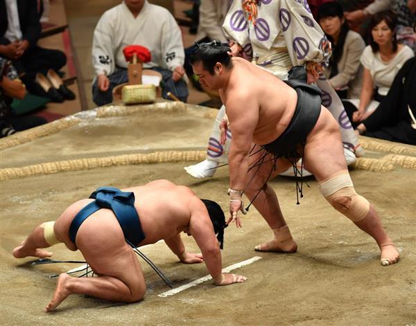 大相撲五月場所8日目 千代の国は叩き込みで石浦を破る=20日、両国国技館(撮影・田村亮介)