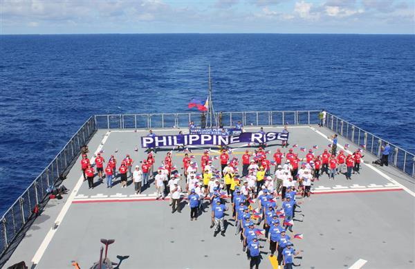 16日、フィリピン・ルソン島東沖の艦船上で、「フィリピン隆起」への名称変更1周年を祝う人々