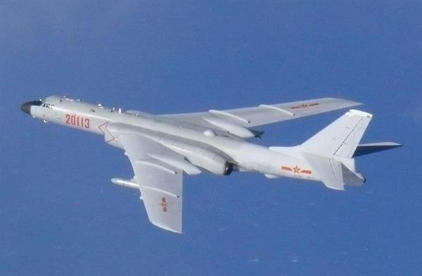 中国空軍のH6K戦略爆撃機(防衛省統合幕僚監部提供)