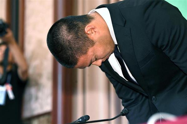 会見に臨み、頭を下げる日本大学アメリカンフットボール部の宮川泰介選手=22日午後、東京都千代田区(川口良介撮影)