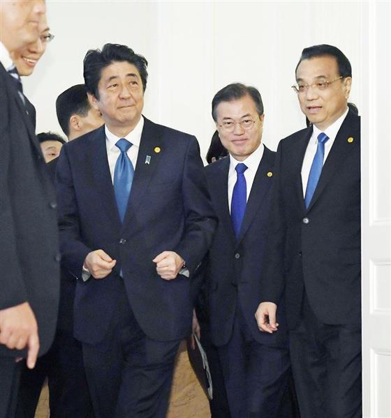 日中韓サミットを前に記念撮影に臨む(左から)安倍晋三首相、韓国の文在寅大統領、中国の李克強首相=5月9日、東京・元赤坂の迎賓館(代表撮影)