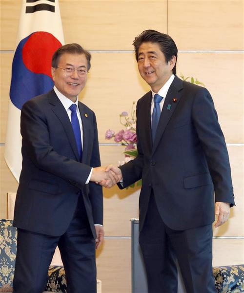日韓首脳会談に臨む安倍晋三首相(右)と韓国の文在寅大統領=5月9日、首相官邸(春名中撮影)