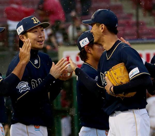 試合終了後、増井浩俊投手(右)からウイニングボールを笑顔で受け取るオリックス・金子千尋投手(左)=23日、楽天生命パーク(土谷創造撮影)