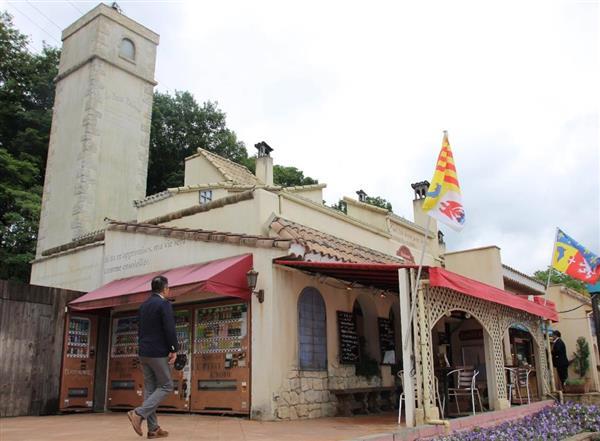 星の王子さまPA内にある南仏風の建物=埼玉県深谷市本郷北坂