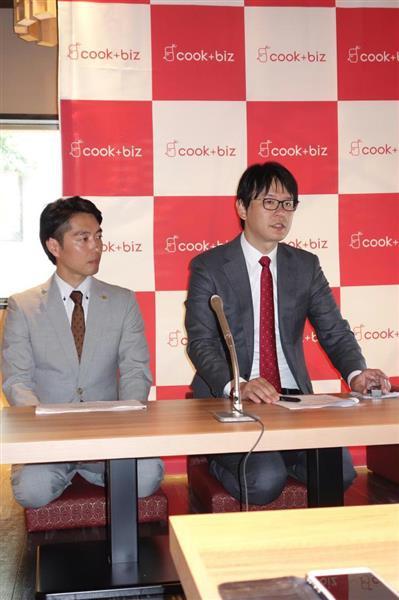 福岡オフィスについて説明するクックビズの藪ノ賢次社長(右)
