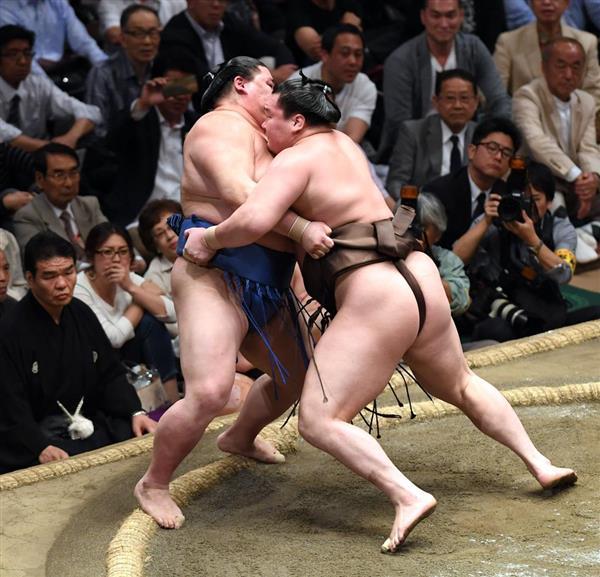 大相撲夏場所11日目、白鵬(右)が寄り切りで正代を破る=23日、両国国技館(撮影・高橋朋彦)