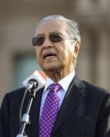 クアラルンプール近郊の首相府前で訓示するマレーシアのマハティール首相=21日(共同)