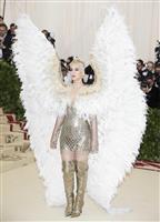 【ファッションおたく】METガラ 超個性的なドレスにセクハラ問題で話題のブランドも登場