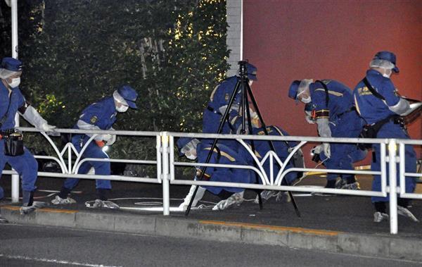 男性が切り付けられたとみられる現場付近を調べる捜査員=5月18日午後11時53分、東京都渋谷区