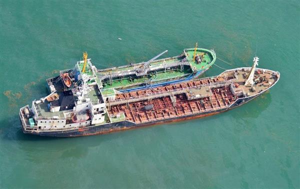 「瀬取り」を行った疑いがある、中国国旗とみられる旗を掲揚した船籍不明の小型船=5月19日、東シナ海(防衛省提供)