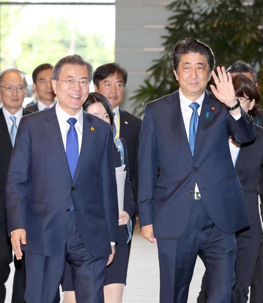 初来日し、安倍晋三首相(右)との会談に臨む韓国の文在寅大統領(左)。対北朝鮮で連携する両国だが、韓国に関する来年の外交青書の記述は果たして…=5月9日、首相官邸(春名中撮影)